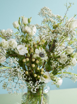 bouquet idea white wintry tulips spring diy do it yourself sun flower agenda march flower of the month home inspiration ideas flower arrangement anemone white tulip gysophila hypericum lisianthus blossom florist vase arrange flowers floral art floral design floral creations step by step easy Fleur Créatif