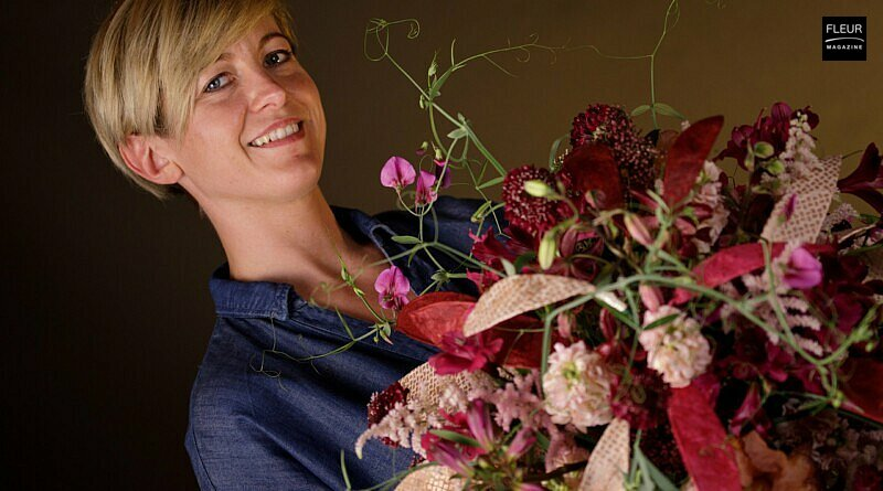Fleur Creatif Magazine: FLOOS Valentine Bouquet by Dominique Herold. Learn how to make this floral design yourself with the easy step-by-step instruction in the flower magazine.